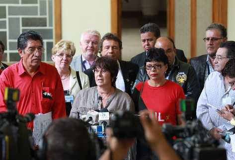 Sindicalistas, después   de la reunión.