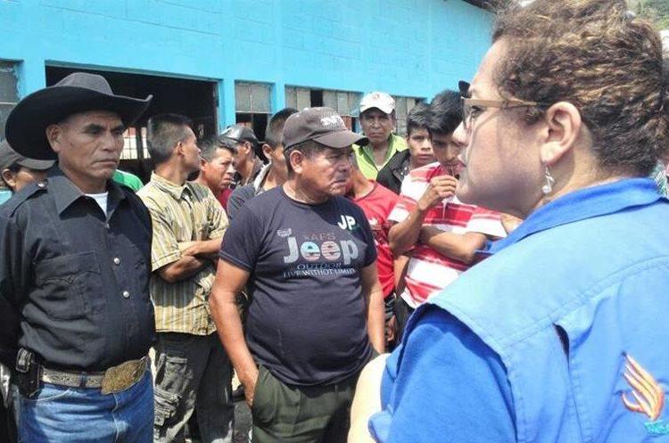 Representantes de la PDH dan acompañamiento a los afectados. (Foto Prensa Libre: Mike Castillo)