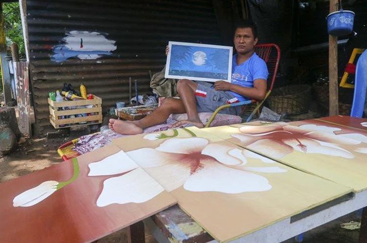 Sacor Hernández pinta cuadros para obtener fondos y sobrevivir. (Foto Prensa Libre: Rolando Miranda)
