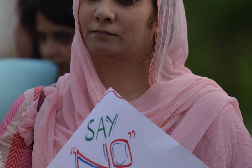 Una activista porta una pancarta en rechazo de los abusos que padecen los niños en Pakistán. (Foto Prensa Libre: AFP).