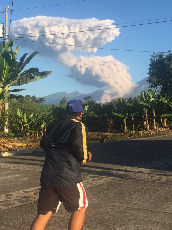 Volcán Santiaguito lanza ceniza y humo a más de tres mil  200 metros sobre el nivel del mar.