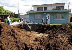 La 3a. calle de la colonia Ulises Rojas se hundió, debido a que el sistema de drenajes colapsó. (Foto Prensa Libre: Paulo Raquec)