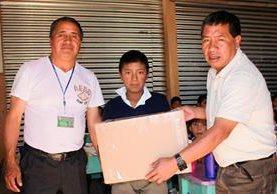 Jorgito, el  niño trabajador de San Pedro Sacatepéquez, San Marcos, recibe una caja con zapatos enviados por la lectora de Prensa Libre Andrea Guzmán. (Foto Prensa Libre: Aroldo Marroquín)