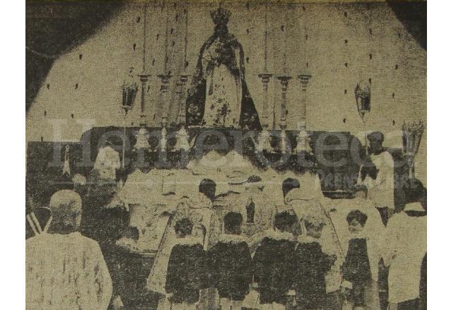 Vista del altar de Coronación de la Virgen del Rosario montado en el atrio de la Catedral Metropolitana el 28 de enero de 1934. (Foto: Hemeroteca PL)