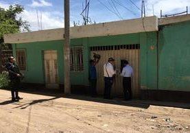 Trabajadores de Energuate llegaron custodiados por agentes de la PNC a la vivienda de concejal de Jutiapa, para efectuar una supervisión. (Foto Prensa Libre: Hugo Oliva)