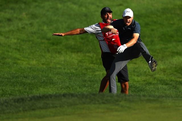 Jordan Spieth (derecha) de Estados Unidos celebra con el caddie Michael Greller. (Foto Prensa Libre: AFP)