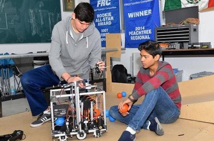 Integrantes del equipo mexicano con su robot. NESTOR HERRERA