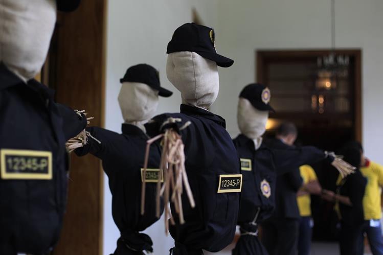 Una marioneta vestida con el uniforme de la Policía identifica un lugar peligroso en la capital. (Foto Prensa Libre: E. Bercian)
