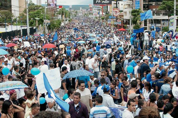 Simpatizantes del oficialista Partido Nacional marchan contra la corrupción y la impunidad y en apoyo al presidente de Honduras, Juan Orlando Hernández, por las calles de Tegucigalpa (Honduras). (Foto Prensa Libre: EFE).