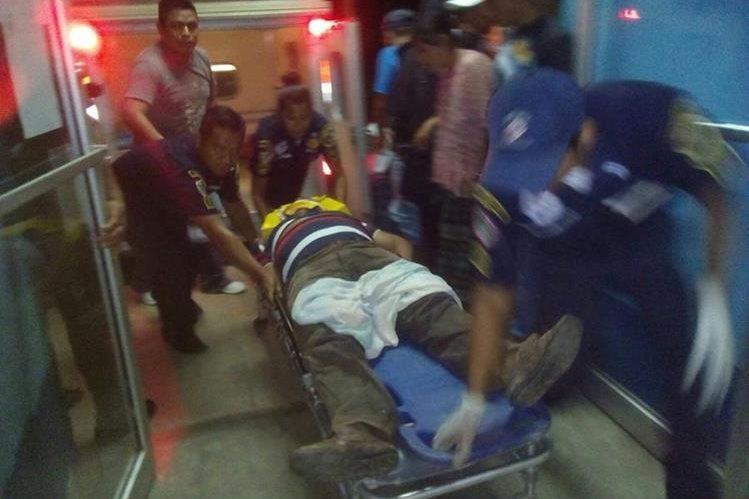 Socorristas trasladan a Eduardo Rax, quien fue arrollado en Sayaxché, Petén. (Foto Prensa Libre: Rigoberto Escobar)