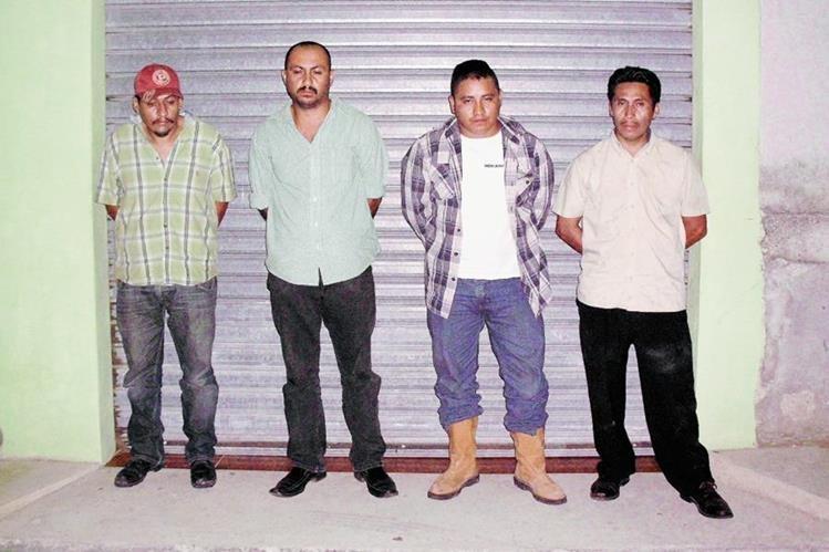"""Los cuatro detenidos en Sanarate, El Progreso, son sindicados de pertenecer al cartel mexicano de las drogas """"los Zetas"""". (Foto Prensa Libre:)"""
