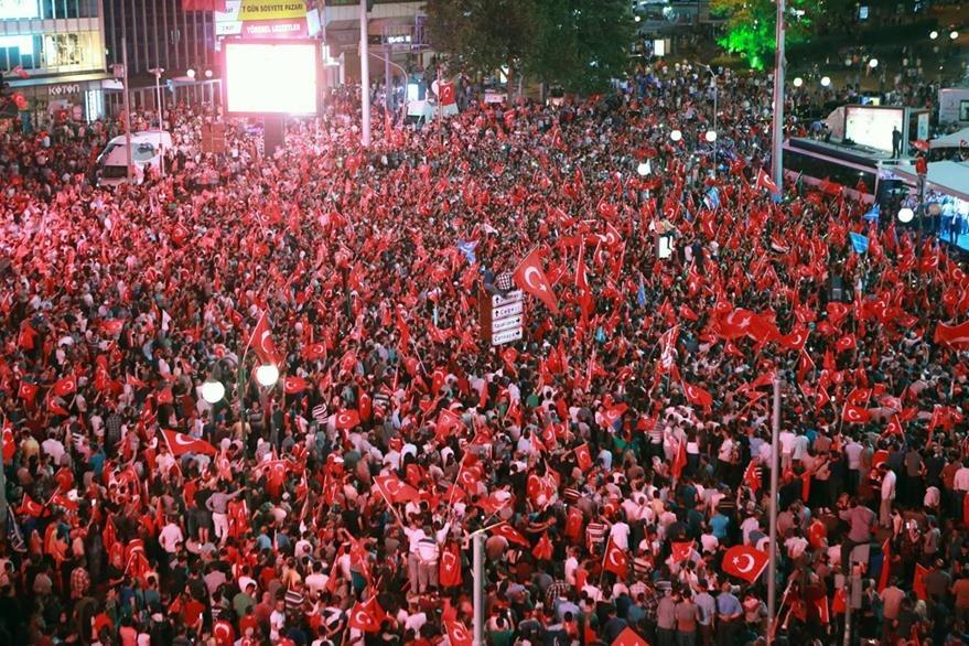 Miles protestan contra el fallido intento de golpe de Estado en Ankara. (Foto Prensa Lire: AFP).