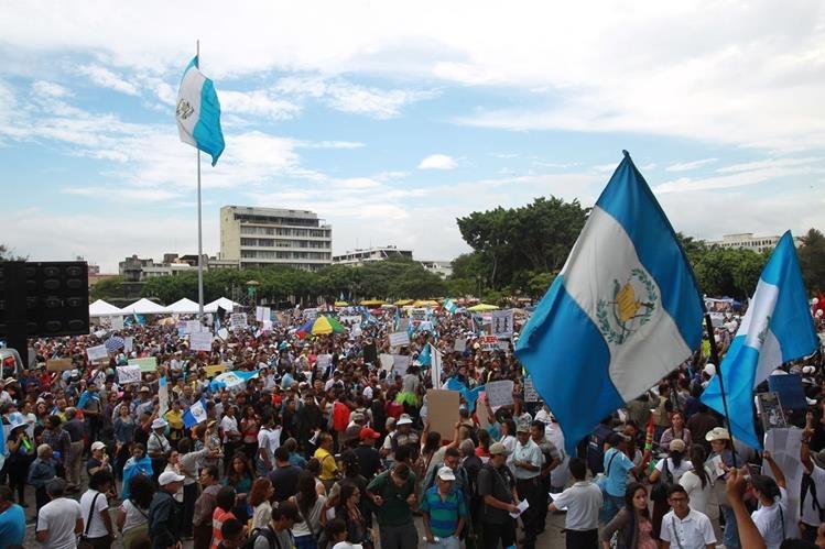 Las guatemaltecos se reunían en la Plaza de la Constitución para manifestar contra la corrupción. (Foto Prensa Libre: Hemeroteca PL)