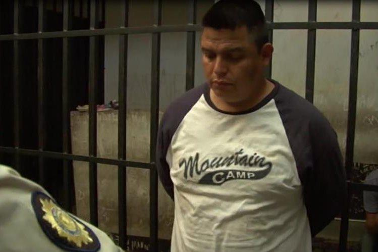 Mario Villatoro luego de ser sometido por agentes de la comisaría de Sacatepéquez. (Foto Prensa Libre: Cortesía PNC)