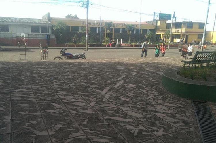 El centro de San Pedro Yepocapa, cubierto de ceniza. (Foto Prensa Libre: Víctor Chamalé)