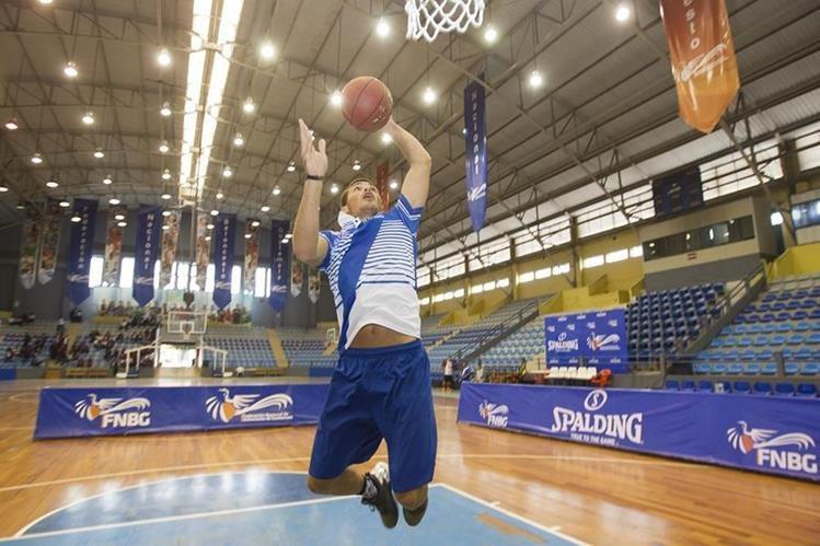 Alex Bran muestra su agilidad con la pelota y su facilidad para encestar durante la práctica matutina en el gimnasio Teodoro Palacios Flores. (Foto Prensa Libre: Norvin Mendoza)