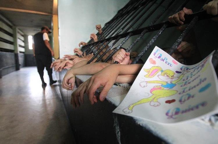 En estos centros han habido problemas debido a la alta población, niños y jóvenes usan 40 minutos para jugar y duermen en las aulas porque ya no hay espacio.