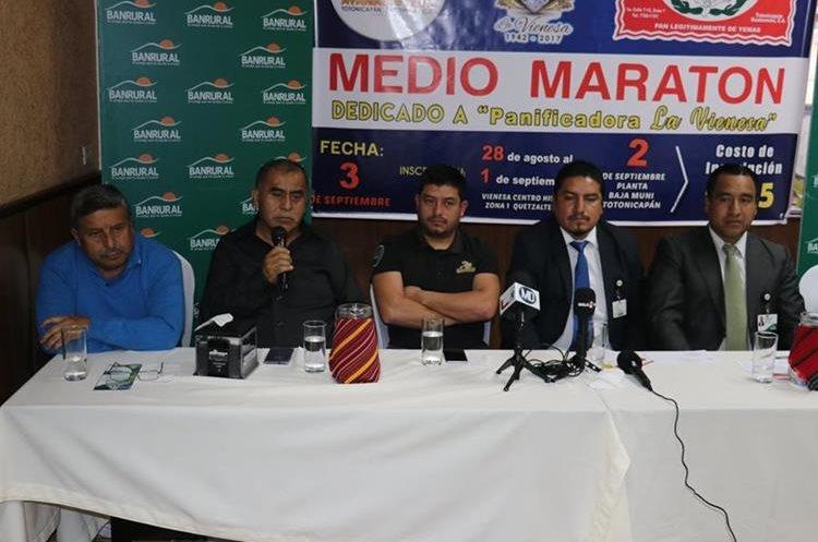 Los organizadores del Medio Maratón dieron detalles este jueves de la carrera que se realizará el próximo 3 de septiembre. (Foto Prensa Libre: Raúl Juárez).