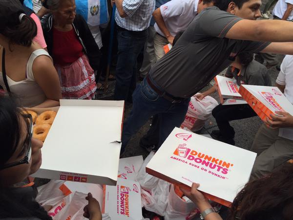 Varias empresas decidieron regalar sus productos para apoyar. (Foto Prensa Libre: @RV_Berganza)