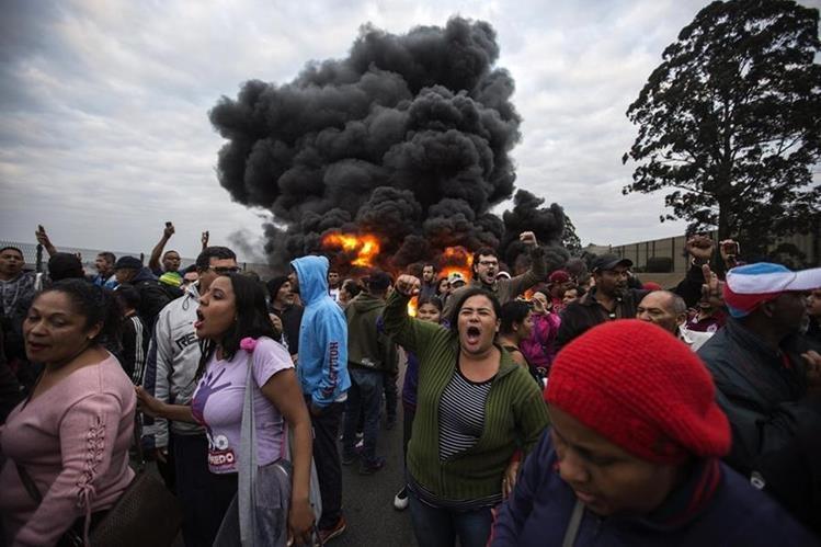 Decenas de manifestantes bloquean calles en Guarulhos, Brasil. (Foto Prensa Libre: EFE)