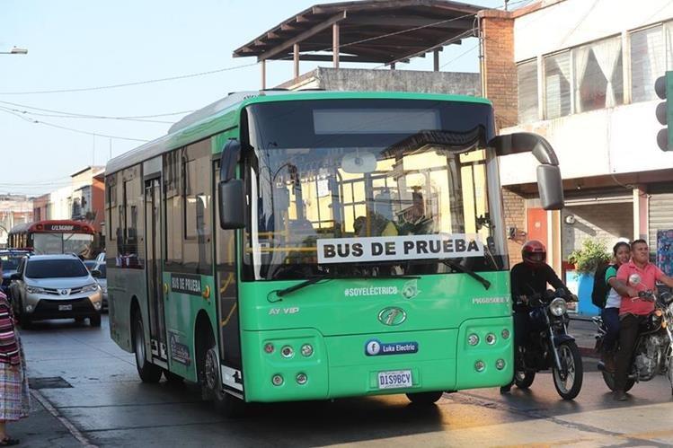 El autobús eléctrico que se utilizó en una prueba en la ruta Express Naranjo se encuentra en una bodega de Luka Electric, S.A., en la zona 13. (Foto Prensa Libre: Érick Ávila)