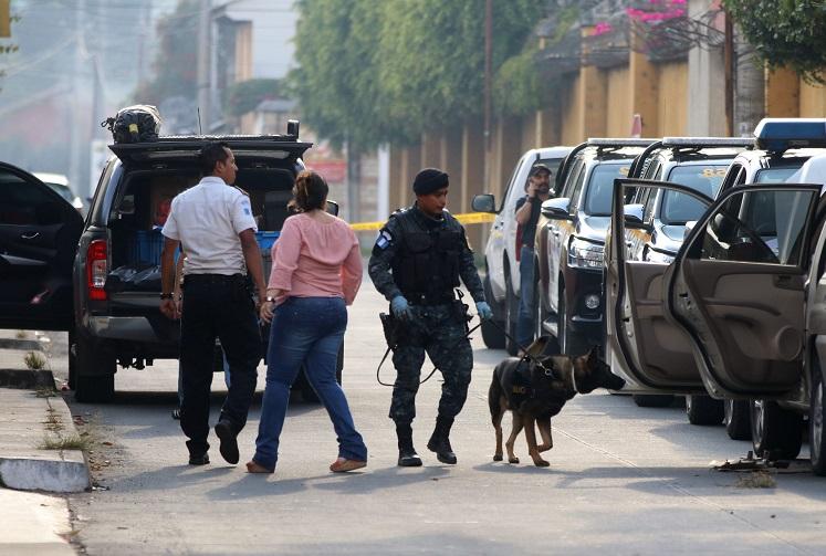 El perro k-9 de la Policía Nacional Civil detecto ilícito dentro del vehículo. (Foto Prensa Libre: Renato Melgar)