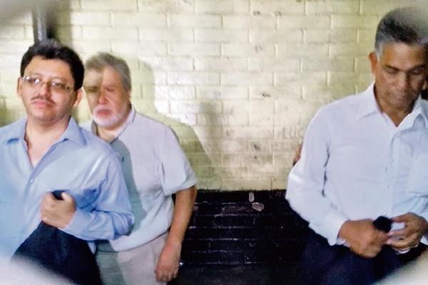 Omar Franco -izquierda- y Carlos Muñoz, en la carceleta de la Torre de Tribunales el día de su captura el pasado 16 de abril. (Foto Prensa Libre: Hemeroteca PL)