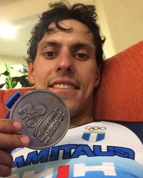 Julio Padilla muestra con orgullo la presea que conquistó. (Foto Prensa Libre: Cortesía Julio Padilla)
