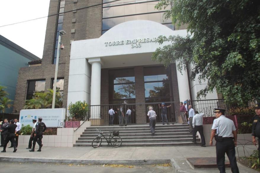 La policía decidió evacuar el edificio del Ministerio de Trabajo por el supuesto atentado. (Foto Prensa Libre: Erick Ávila)