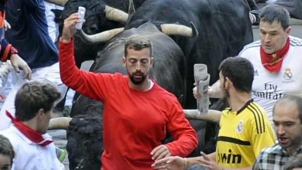 En España algunos han tomado sus teléfonos para tomarse fotos mientras corren frente a los toros. (GETTY IMAGES)