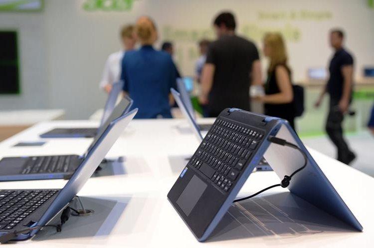 Diversos productos, como una laptop última generación, se exiben en la feria tecnológica berlinesa. (PL-AP)