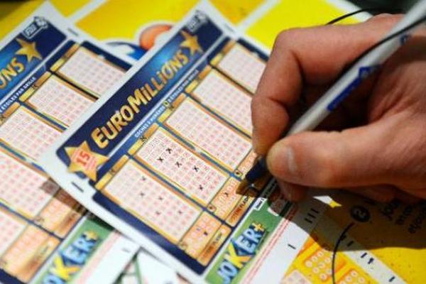 <p>Una persona juega la lotéria del Euromillón. (Foto Prensa Libre: Leparisien)</p>