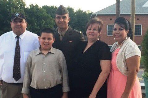 Jhonathan Morales con su familia. (Foto: The Herald News).