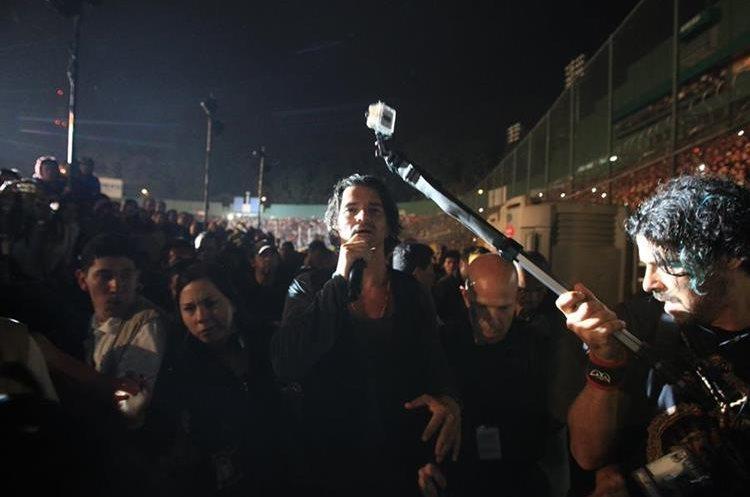 Los conciertos en el Estadio Nacional Doroteo Guamuch -antes Mateo Flores- son de las noches más esperadas por sus seguidores. Aquí, en 2012, junto al público.