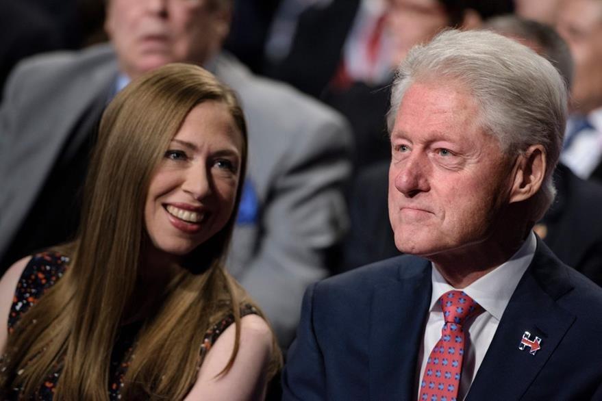 Chelsea Clinton conversa con su padre Bill durante el desarrollo del debate.  (Foto Prensa Libre: AFP).