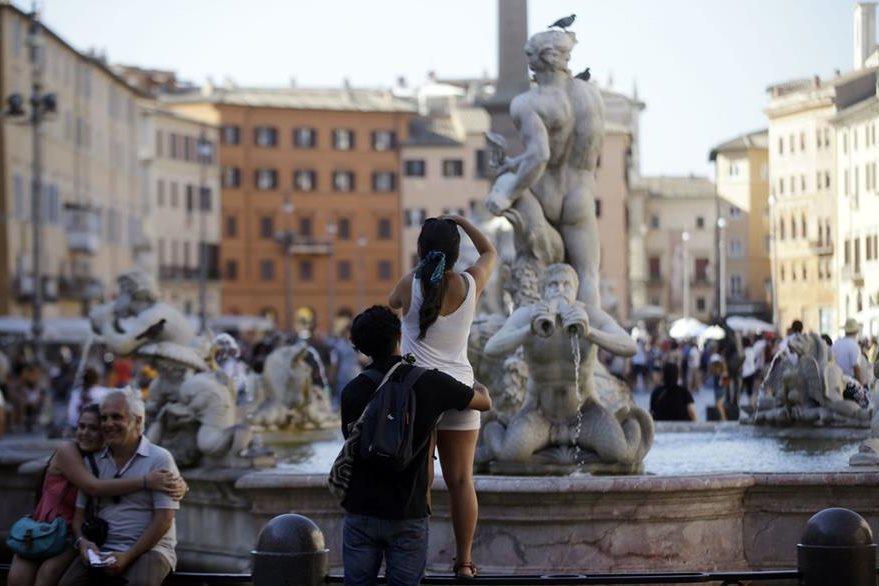 Algunos vecinos se organizan desde hace tiempo para limpiar las calles en su tiempo libre, como los cientos de integrantes de la organización Retake Roma. (Foto Prensa Libre: AP).