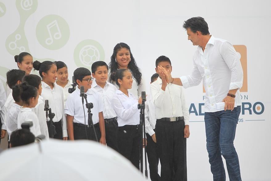 Niños de la Fundación Adentro interpretaron el Himno Nacional de Guatemala. (Foto Prensa Libre: Esbin García)