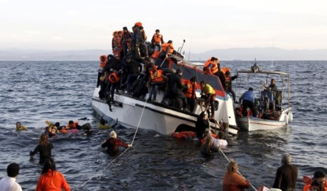 Naufragan dos embarcaciones con migrantes y refugiados en el mar Egeo. (Foto Prensa Libre: EFE)