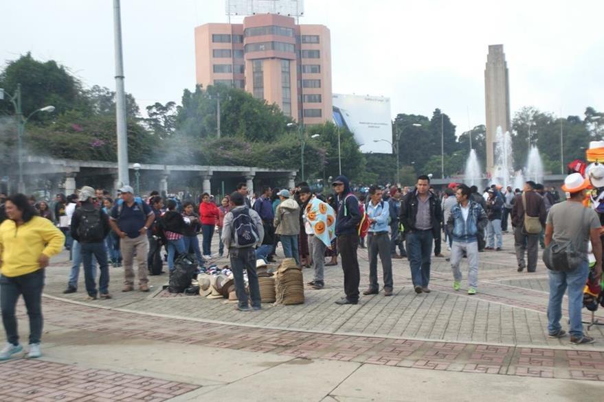 Un grupo de maestros se concentra en el Obelisco, zona 10, para preparar la manifestación por la Avenida de la Reforma. (Foto Prensa Libre: Érick Ávila)