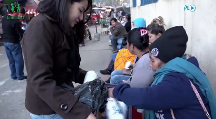 Personas que esperaban ser atendidas en el Hospital Roosevelt se alegran al recibir desayuno. (Foto Prensa Libre: Fernando Magzul)