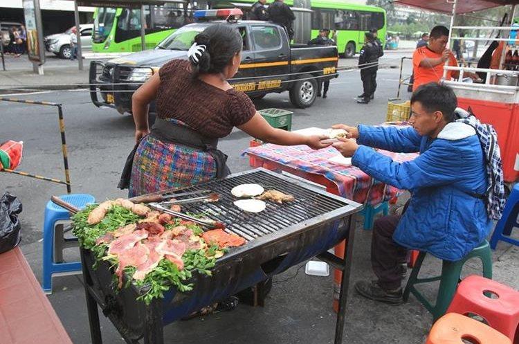 En la zona 1 de la capital también es común encontrar varias ventas de comida a partir de las 5.30 horas. (Foto Prensa Libre: Esbin García).