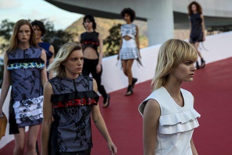 Modelos lucen en la pasarela diseños de la colección Cruise 2017 de la casa francesa de moda Louis Vuitton en Río de Janeiro, Brasil. (Fotos Prensa Libre, EFE, AFP y AP)
