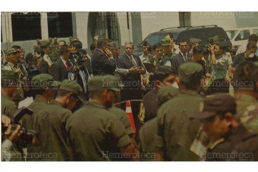 Visita a la Guardia de Honor, el presidente Berger supervisoa el equipo que usarán los militares, el 24/04/2006. (Foto: Hemeroteca PL)