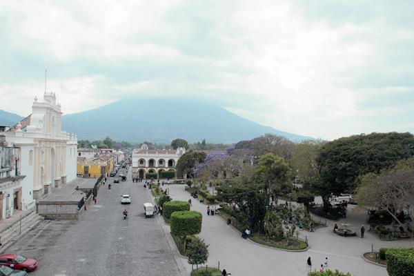 Panorámica de la plaza mayor de Antigua Guatemala. (PL-Miguel López)