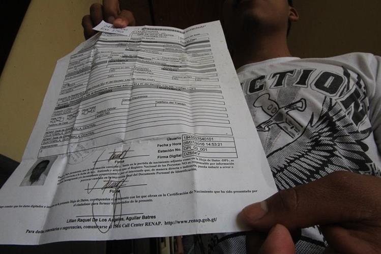Guatemaltecos esperan desde julio último que el Renap les extienda su documento. (Foto Prensa Libre: Hemeroteca PL)