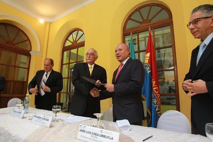 Autoridades entregan el documento que autoriza los trabajos de restauración en el Museo de Historia. (Foto Prensa Libre: Ángel Elías)