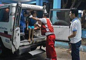 Una niña es trasladada al Hospital Regional de Coatepeque, Quetzaltenango, por síntomas de intoxicación. (Foto Prensa Libre: Alexander Coyoy)