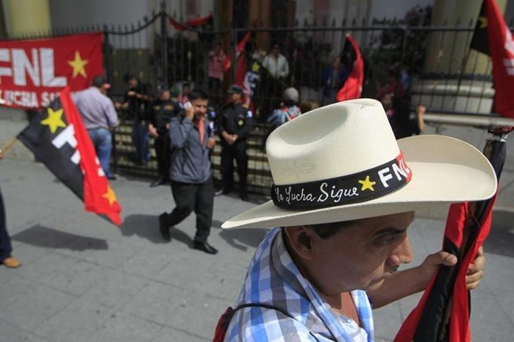 Sindicalistas del Frente Nacional de Lucha protestan frente a Casa Presidencial en oposición a la creación de patronatos en los hospitales (Foto Prensa Libre: Edwin Bercián)