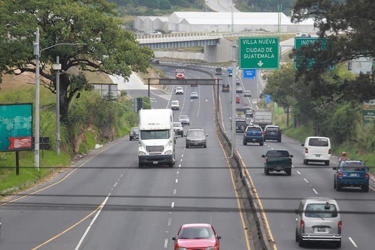 Pocos vehículos circularon esta mañana por la ruta al Pacífico debido al bloque de la ruta que efectuaron pilotos del tranposrte pesado. (foto Prensa Libre: Estuardo Paredes)