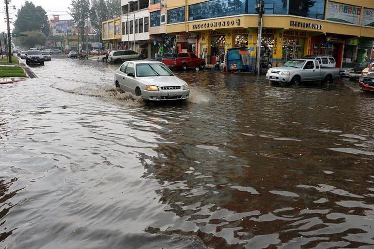 La 17 avenida, entre la 4a y 3a calles de la zona 3 de Xela fue anegada por la fuerte lluvia. (Foto Prensa Libre: Carlos Ventura)